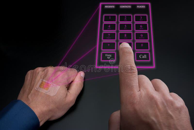 Ολογραφικό αριθμητικό πληκτρολόγιο που προβάλλεται τηλεφωνικό από το εμφυτευμένο SIM κάτω από το δέρμα ελεύθερη απεικόνιση δικαιώματος