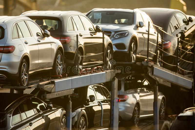 Ολοκαίνουργια αυτοκίνητα που μεταφέρονται σε ένα φορτηγό στοκ εικόνα