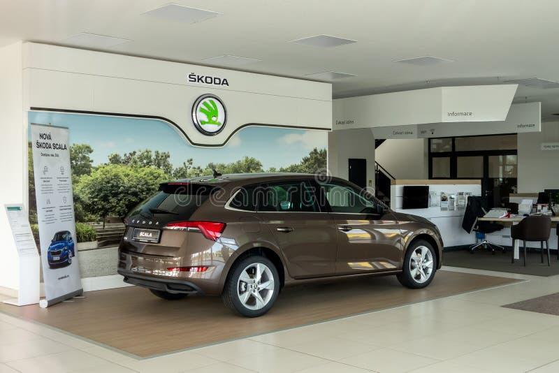 Ολοκαίνουργιο αυτοκίνητο Skoda Scala μέσα σε ένα κτήριο αντιπροσώπων στοκ εικόνα