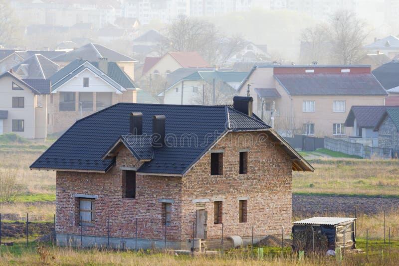 Ολοκαίνουργιο ευρύχωρο τούβλο δύο κατοικημένο σπίτι ιστορίας με την επικεράμωση στοκ φωτογραφία
