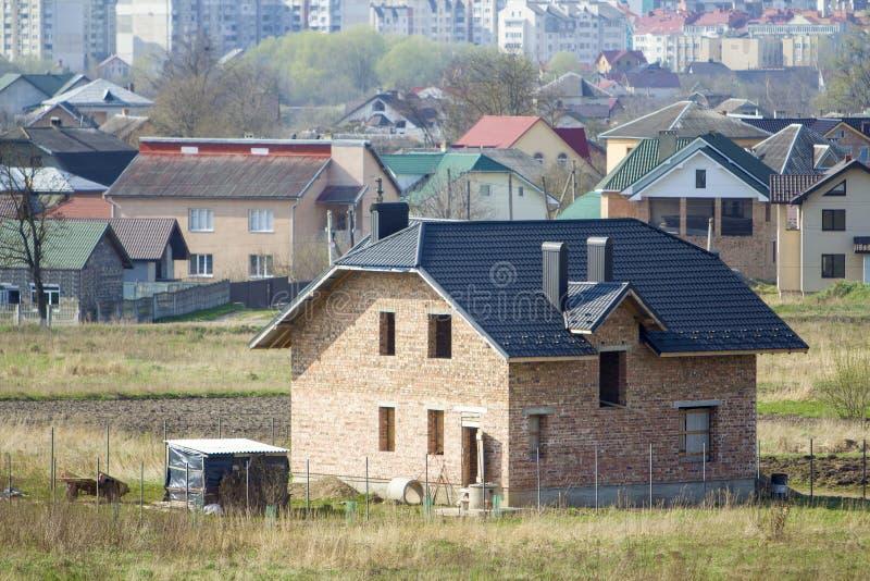 Ολοκαίνουργιο ευρύχωρο τούβλο δύο κατοικημένο σπίτι ιστορίας με την επικεράμωση στοκ φωτογραφία με δικαίωμα ελεύθερης χρήσης
