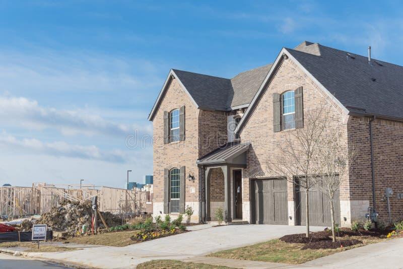 Ολοκαίνουργιο κατοικημένο σπίτι δύο ιστορίας στον προαστιακό Irving, Τέξας, στοκ εικόνα με δικαίωμα ελεύθερης χρήσης