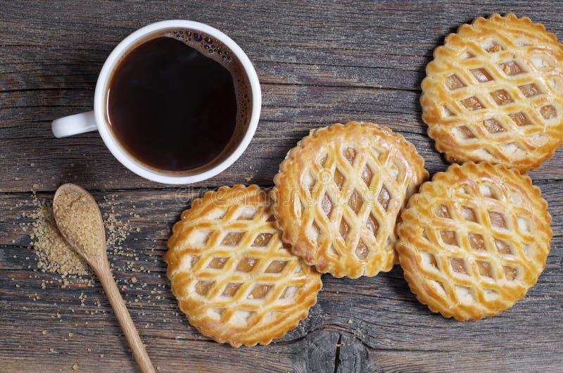 Ολοκληρωμένες δικτυωτό πλέγμα ζύμες με την πλήρωση μήλων και τον καφέ στοκ φωτογραφία