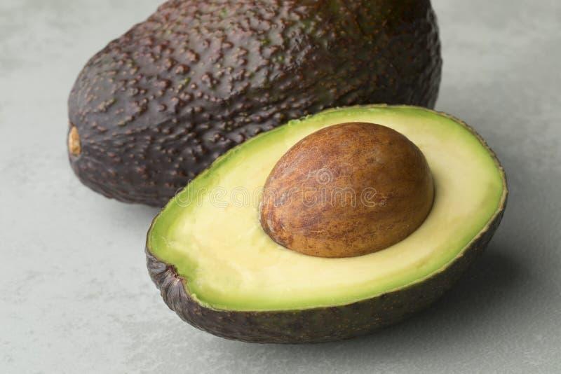 Ολόκληρα και μισά φρούτα αβοκάντο στοκ φωτογραφία