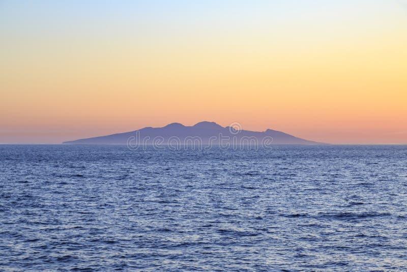 Ολόκληρη άποψη νησιών Symi από την απόσταση κατά τη διάρκεια του ηλιοβασιλέματος στο Αιγαίο πέλαγος στοκ εικόνες με δικαίωμα ελεύθερης χρήσης