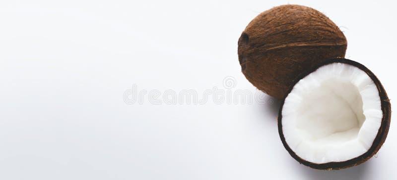 Ολόκληρη και μισή καρύδα στο λευκό στοκ φωτογραφία με δικαίωμα ελεύθερης χρήσης