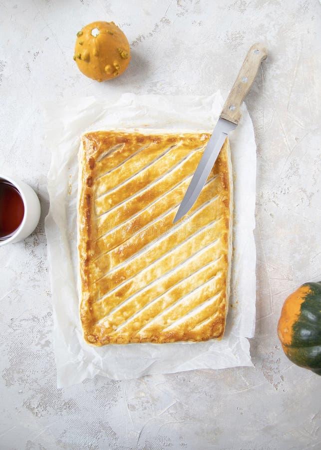 Ολόκληρη πίτα ζύμης ριπών με τη χρυσή καφετιά κρίσιμη στιγμή στο shabby υπόβαθρο στοκ φωτογραφίες με δικαίωμα ελεύθερης χρήσης