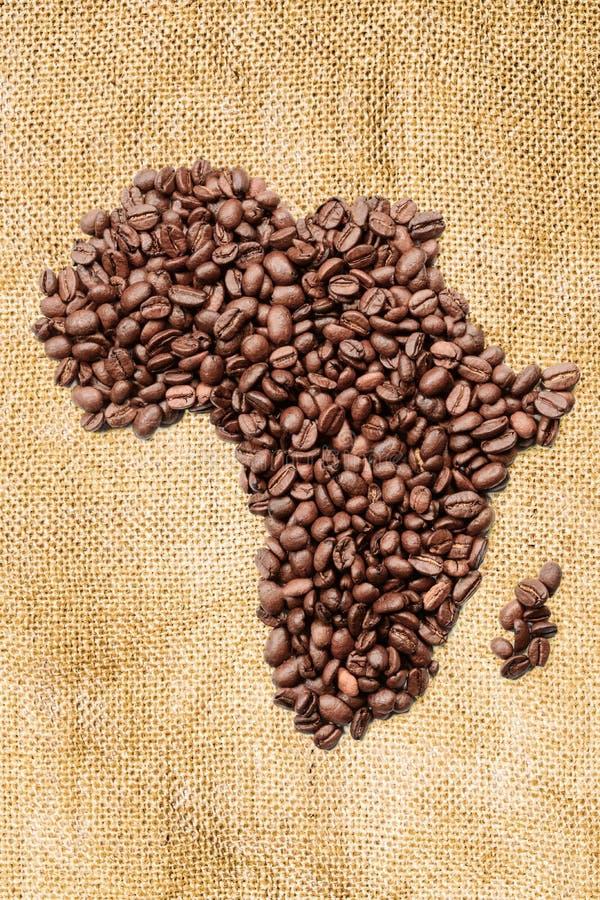 Ολόκληρος καφές φασολιών Το περίγραμμα της ηπειρωτικής χώρας της Αφρικής αποτελείται από τα φασόλια καφέ burlap γιούτας στοκ εικόνες με δικαίωμα ελεύθερης χρήσης