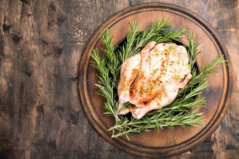 Ολόκληρο ακατέργαστο κοτόπουλο στον ξύλινο τέμνοντα πίνακα Ακατέργαστο σφάγιο κοτόπουλου στοκ εικόνες