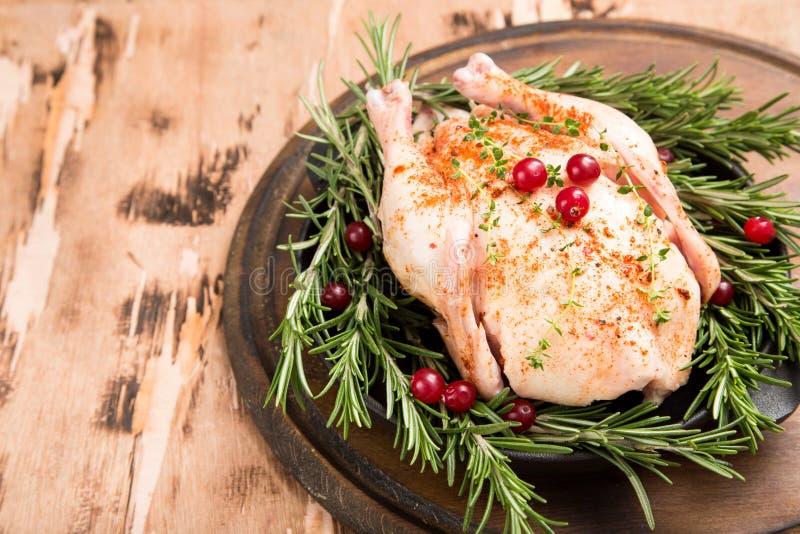 Ολόκληρο ακατέργαστο κοτόπουλο στον ξύλινο τέμνοντα πίνακα Ακατέργαστο σφάγιο κοτόπουλου στοκ εικόνες με δικαίωμα ελεύθερης χρήσης