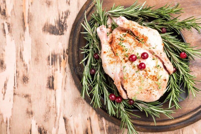 Ολόκληρο ακατέργαστο κοτόπουλο στον ξύλινο τέμνοντα πίνακα Ακατέργαστο σφάγιο κοτόπουλου στοκ φωτογραφία με δικαίωμα ελεύθερης χρήσης