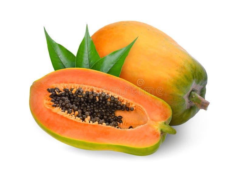 Ολόκληρο και μισό ώριμο papaya τα πράσινα φύλλα που απομονώνονται με στο λευκό στοκ φωτογραφίες