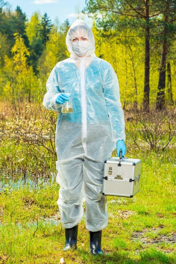 ολόκληρο πορτρέτο ενός οικολόγου με μια έρευνα φιαλών και νερού στοκ εικόνα με δικαίωμα ελεύθερης χρήσης