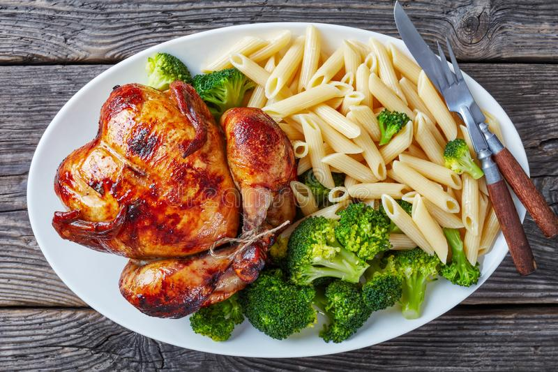 Ολόκληρο ψημένο κοτόπουλο με το μπρόκολο και τα ζυμαρικά στοκ εικόνα με δικαίωμα ελεύθερης χρήσης