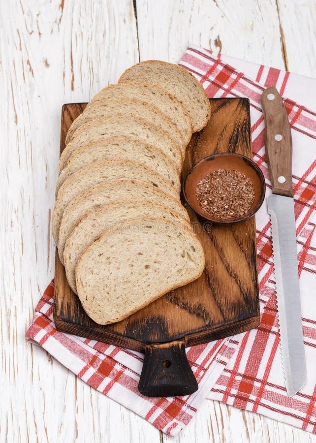 Ολόκληρο ψωμί σίτου με τους σπόρους λιναριού στοκ φωτογραφία