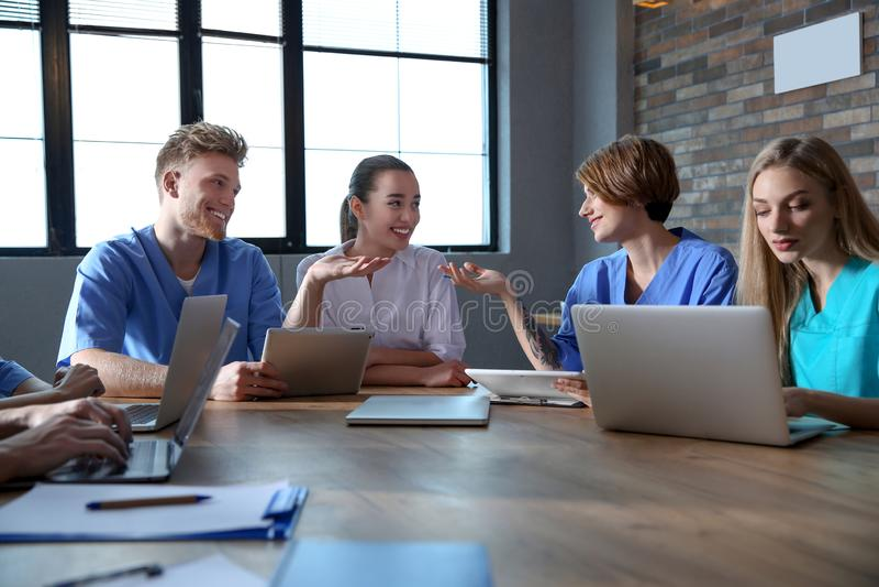 Ομάδα έξυπνων φοιτητών Ιατρικής με τις συσκευές στοκ φωτογραφία με δικαίωμα ελεύθερης χρήσης