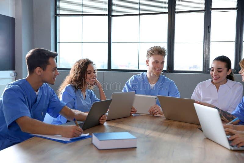 Ομάδα έξυπνων φοιτητών Ιατρικής με τις συσκευές στοκ φωτογραφίες με δικαίωμα ελεύθερης χρήσης