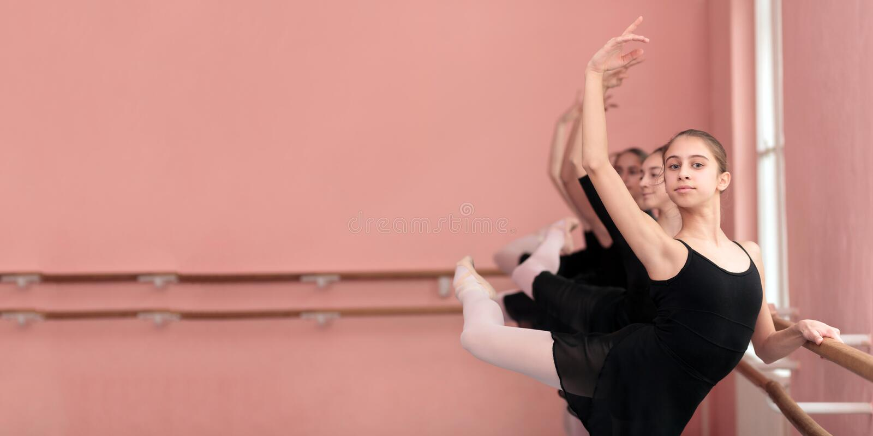 Ομάδα έφηβη που ασκούν το κλασσικό μπαλέτο Πανοραμική, ευρεία αναλογία στοκ φωτογραφίες