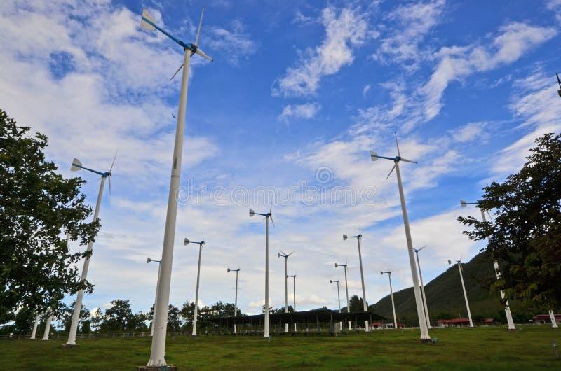 Ομάδα ανεμοστροβίλων για την ηλεκτρική παραγωγή κάτω από τον όμορφο ουρανό στοκ φωτογραφίες με δικαίωμα ελεύθερης χρήσης