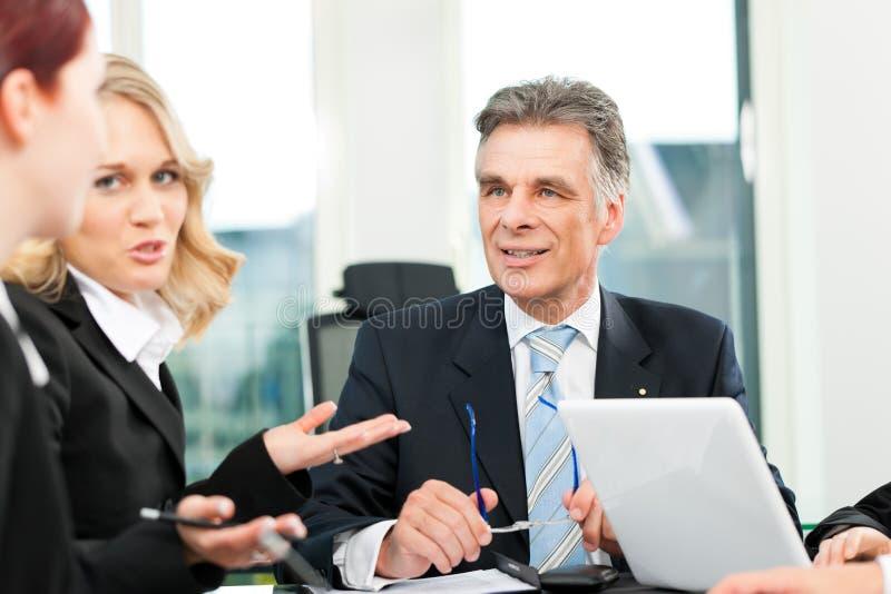 ομάδα ανθρώπων γραφείων επιχειρησιακής συνεδρίασης στοκ φωτογραφία