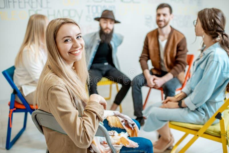 Ομάδα ανθρώπων κατά τη διάρκεια της ψυχολογικής θεραπείας στο εσωτερικό στοκ φωτογραφία με δικαίωμα ελεύθερης χρήσης