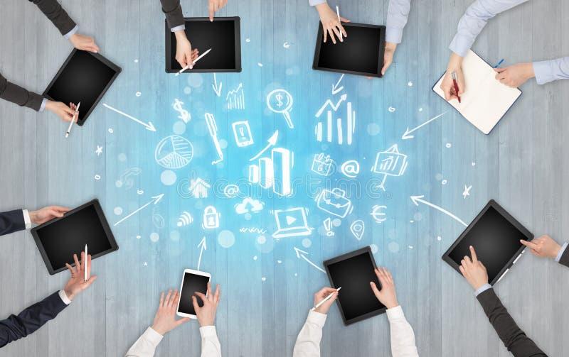 Ομάδα ανθρώπων με τις συσκευές στα χέρια που λειτουργούν στα lap-top, ταμπλέτες στην ομάδα στοκ φωτογραφίες με δικαίωμα ελεύθερης χρήσης