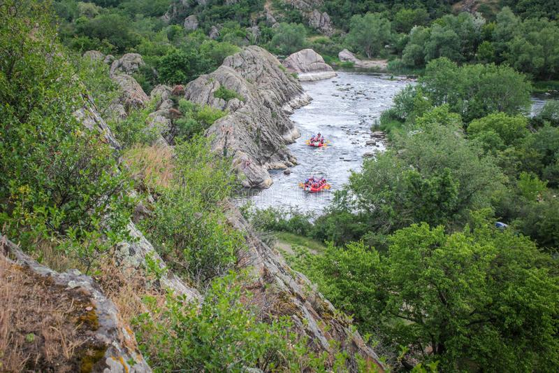 Ομάδα ανθρώπων με τον οδηγό whitewater που και που κωπηλατεί στον αθλητισμό ποταμών, άκρου και διασκέδασης στο τουριστικό αξιοθέα στοκ φωτογραφία