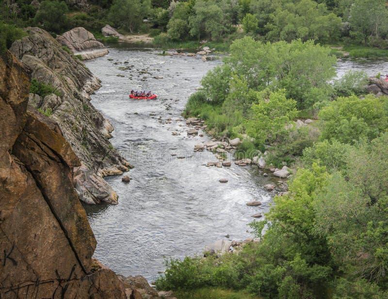 Ομάδα ανθρώπων με τον οδηγό whitewater που και που κωπηλατεί στον αθλητισμό ποταμών, άκρου και διασκέδασης στο τουριστικό αξιοθέα στοκ εικόνες
