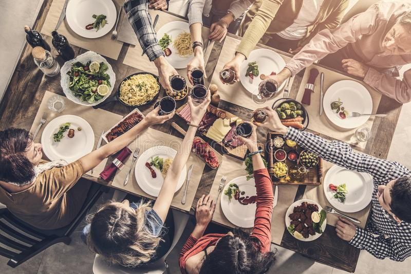 Ομάδα ανθρώπων που έχει να δειπνήσει ενότητας γεύματος τα ψήνοντας γυαλιά στοκ φωτογραφίες με δικαίωμα ελεύθερης χρήσης