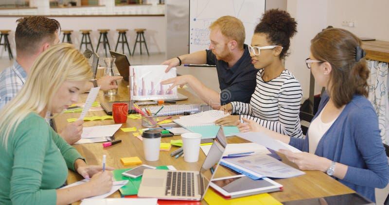 Ομάδα ανθρώπων που εργάζεται στον υπολογιστή γραφείου στοκ εικόνα