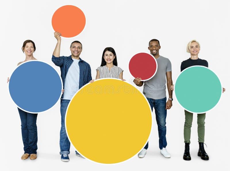 Ομάδα ανθρώπων που κρατά έναν στρογγυλό πίνακα στοκ φωτογραφία με δικαίωμα ελεύθερης χρήσης