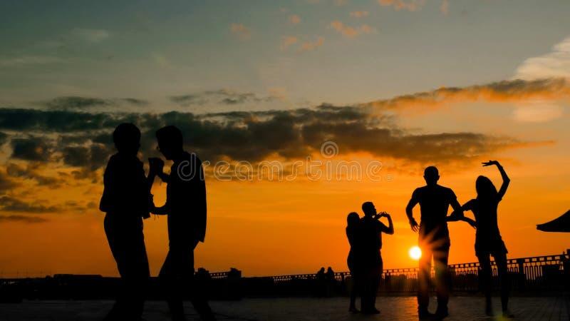Ομάδα ανθρώπων που μαθαίνει πώς να χορεψει στοκ εικόνες