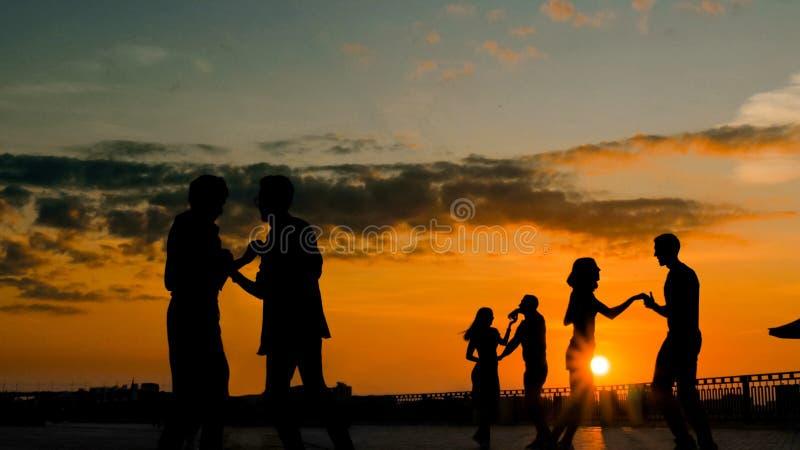 Ομάδα ανθρώπων που μαθαίνει πώς να χορεψει στοκ φωτογραφίες