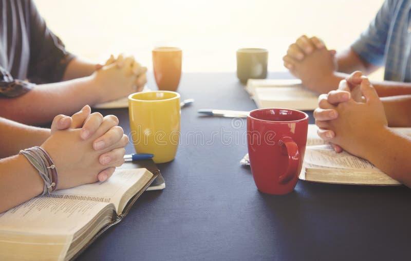 Ομάδα ανθρώπων που μελετά τη Βίβλο έξω στοκ εικόνα με δικαίωμα ελεύθερης χρήσης