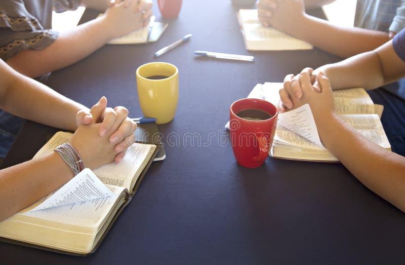 Ομάδα ανθρώπων που μελετά τη Βίβλο έξω στοκ εικόνες με δικαίωμα ελεύθερης χρήσης