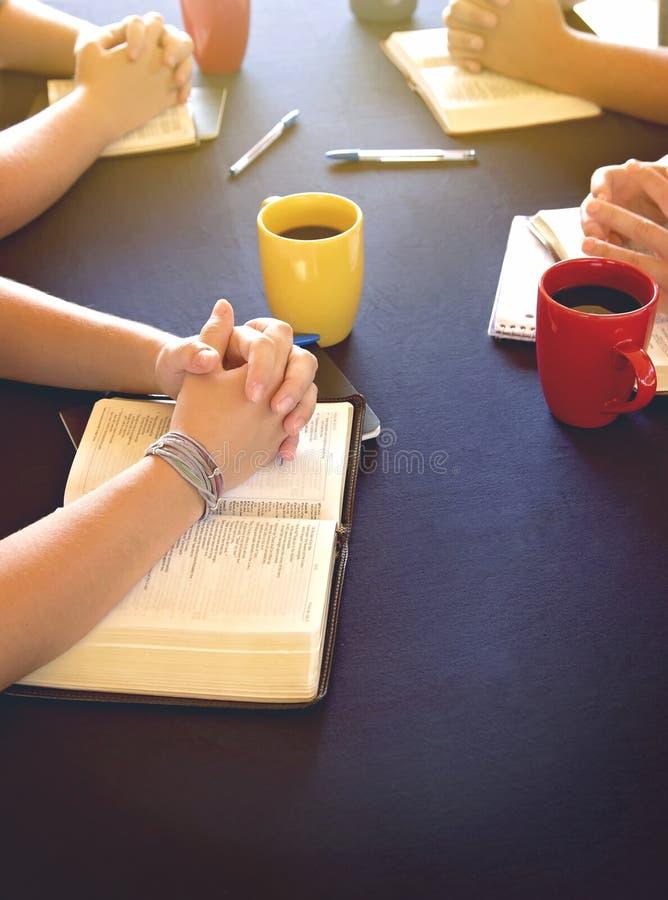 Ομάδα ανθρώπων που μελετά τη Βίβλο έξω στοκ φωτογραφία με δικαίωμα ελεύθερης χρήσης