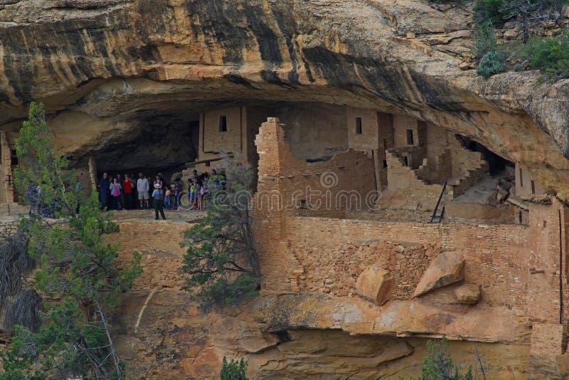Ομάδα ανθρώπων που περιοδεύει τις καταστροφές του εθνικού πάρκου Mesa Verde στοκ φωτογραφίες