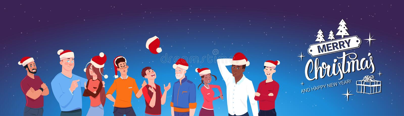 Ομάδα ανθρώπων που φορά τη Χαρούμενα Χριστούγεννα καπέλων Santa και το έμβλημα καλής χρονιάς απεικόνιση αποθεμάτων