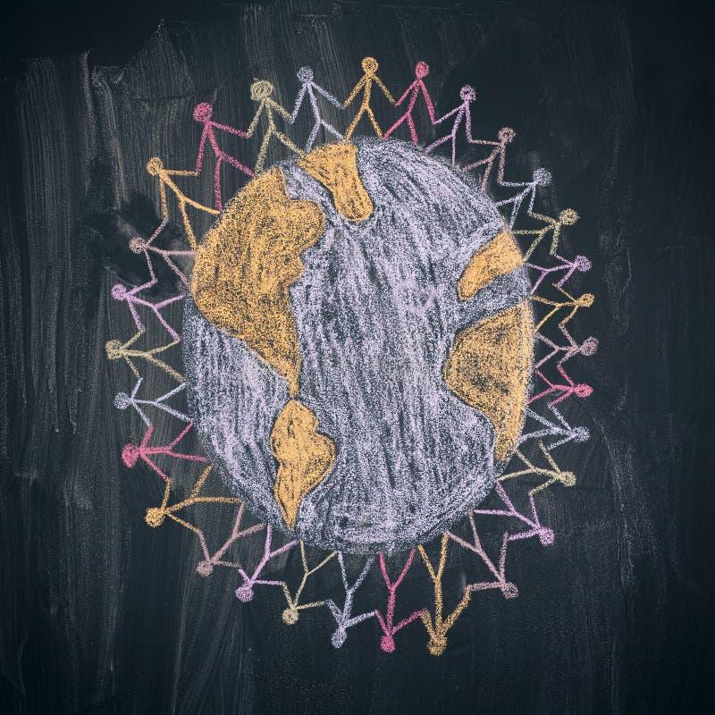 Ομάδα ανθρώπων σε όλο τον κόσμο Σχέδιο κιμωλίας Τετραγωνική συγκομιδή στοκ φωτογραφία με δικαίωμα ελεύθερης χρήσης