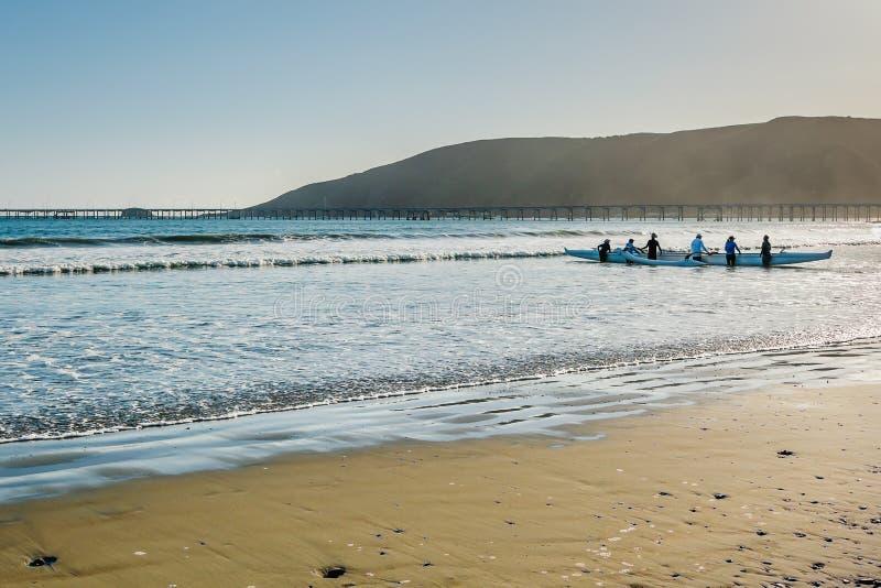 Ομάδα ανθρώπων Kayaking κατά μήκος της θάλασσας Εθνική οδός Pacific Coast, Avila παραλία στοκ φωτογραφία