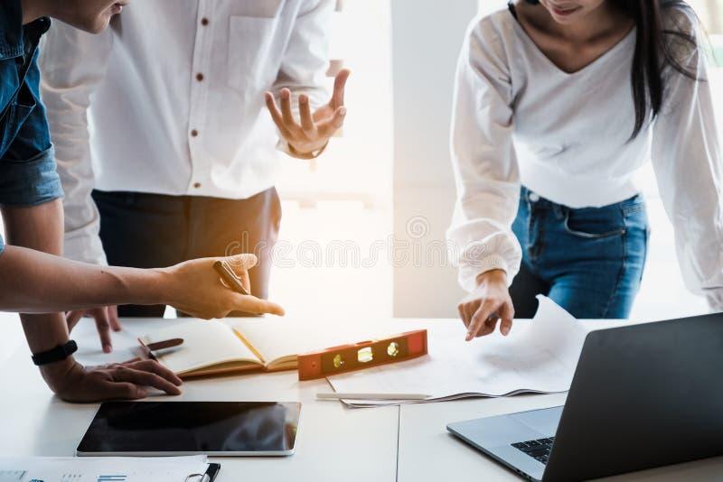 Ομάδα αρχιτεκτόνων που εργάζεται με πυξίδες και σχέδια για αρχιτεκτονικό σχέδιο, μηχανικός που σχεδιάζει μια ιδέα κατασκευαστικού στοκ φωτογραφία με δικαίωμα ελεύθερης χρήσης