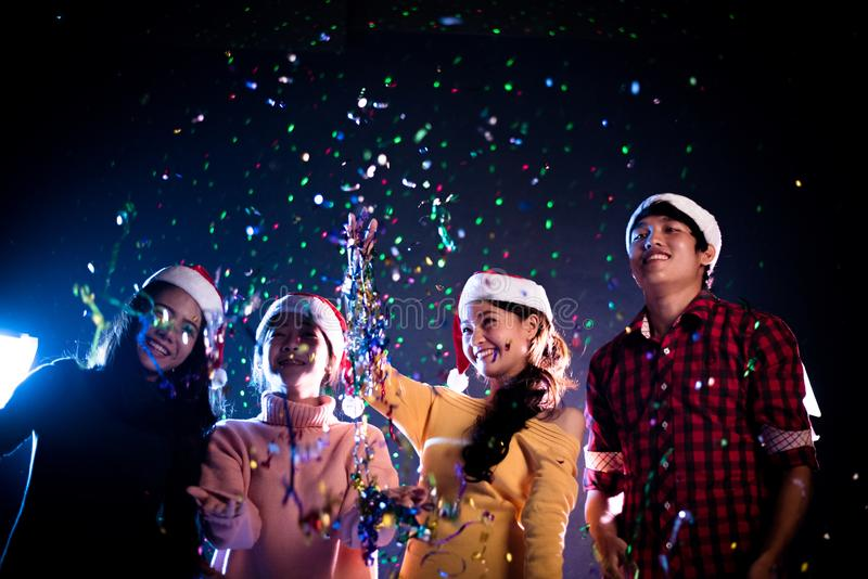 Ομάδα ασιατικών λαών που γιορτάζουν το νέο κόμμα έτους στη λέσχη νύχτας Νέα έννοια έτους και γιορτής Χριστουγέννων Ευτυχία και ψυ στοκ εικόνες