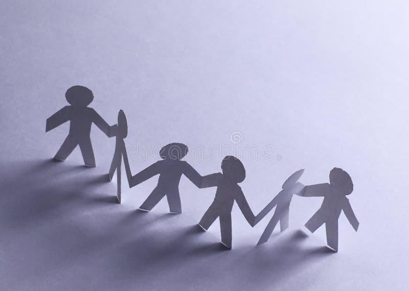 Ομάδα ατόμων εγγράφου που κρατούν το ένα το άλλο χέρια ` s στοκ εικόνα με δικαίωμα ελεύθερης χρήσης