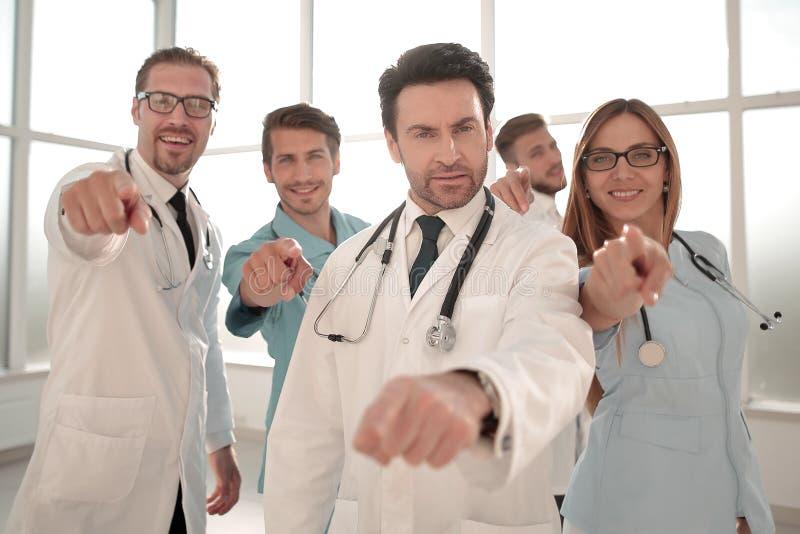 Ομάδα γιατρών και γιατρών που δείχνουν σε σας στοκ εικόνες με δικαίωμα ελεύθερης χρήσης