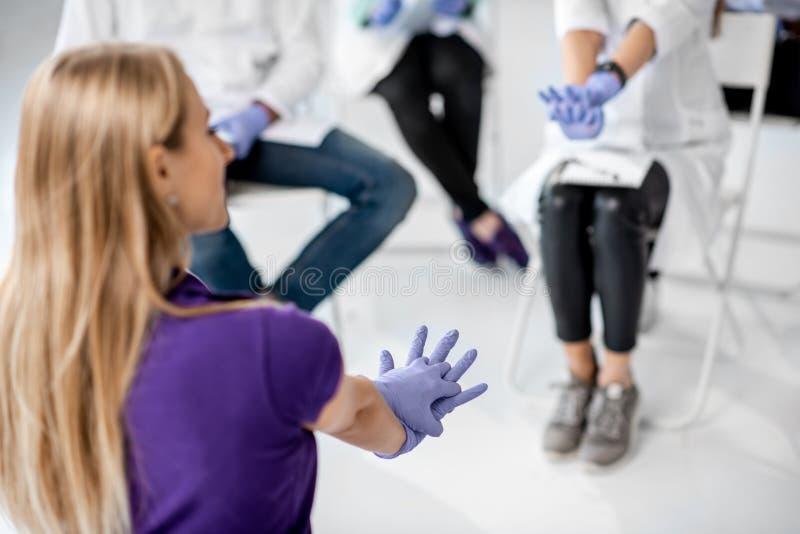 Ομάδα γιατρών κατά τη διάρκεια των πρώτων βοηθειών που εκπαιδεύουν στο εσωτερικό στοκ φωτογραφία με δικαίωμα ελεύθερης χρήσης