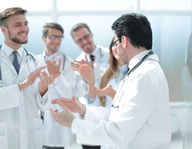 Ομάδα γιατρών που επιδοκιμάζουν ο ένας τον άλλον στοκ εικόνα με δικαίωμα ελεύθερης χρήσης