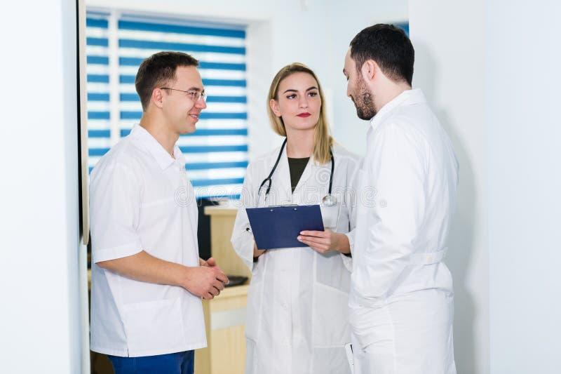 Ομάδα γιατρών που συζητούν και που εργάζονται από κοινού στοκ εικόνες