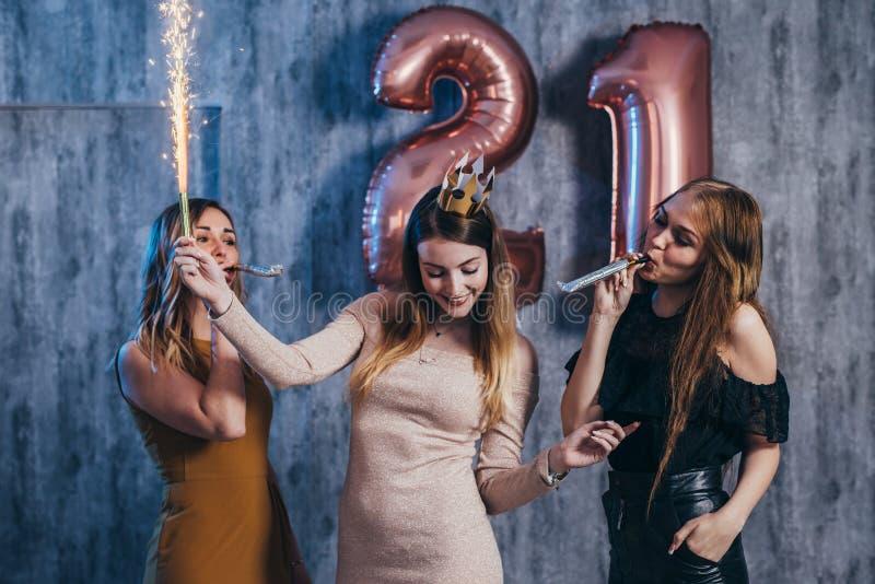 Ομάδα γυναικών με τα πυροτεχνήματα στο κόμμα που έχει τη διασκέδαση στοκ εικόνα