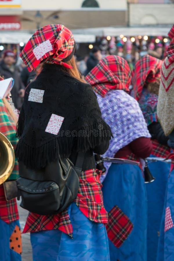 Ομάδα γυναικών με το κόκκινα σκωτσέζικα μαντίλι για το κεφάλι και Shawles δημόσια στοκ εικόνες