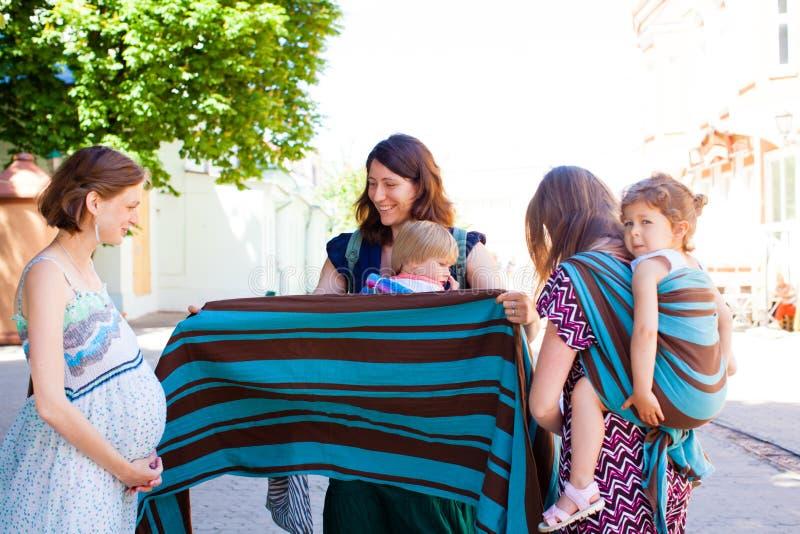 Ομάδα γυναικών που εξετάζουν τη γδυμένη σφεντόνα στοκ φωτογραφία